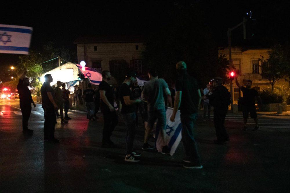 מפגיני ימין מול התפרעות פרו-פלסטינית בשדרות בן גוריון 11/5/21 (צילום: שי רגב)