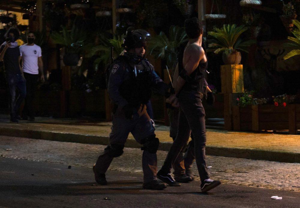 מעצר במהלך התפרעות בשדרות בן גוריון 11/5/21 (צילום: שי רגב)