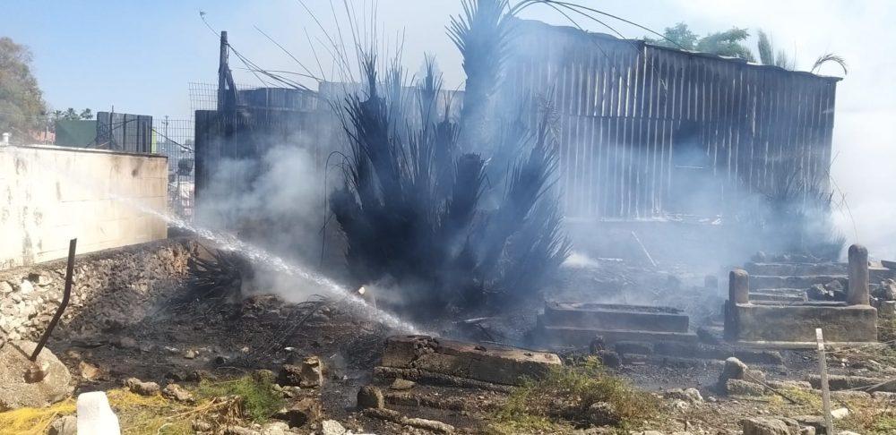 שריפת קוצים בבית הכנסת המוסלמי (צילום: חי פה בשטח)