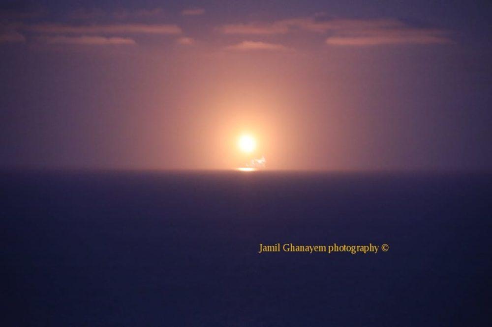 אסדת לוויתן בוערת (צילום:ג'מיל גנאים)