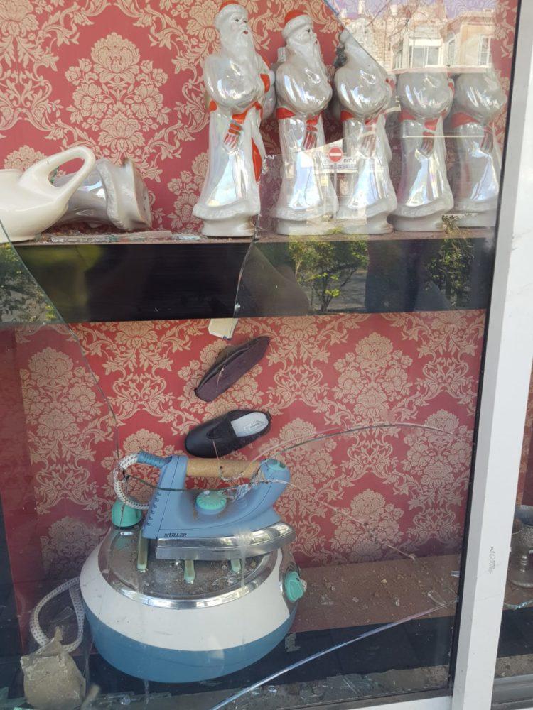 """ויטרינת החנות """"הכל בגרוש"""" מנופצת (צילום: אולגה שווידקי)"""