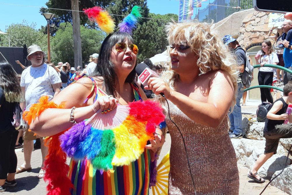 מיס דובדבן מראיינת את משתתפי מצעד הגאווה בחיפה (צילום: אדיר יזירף)