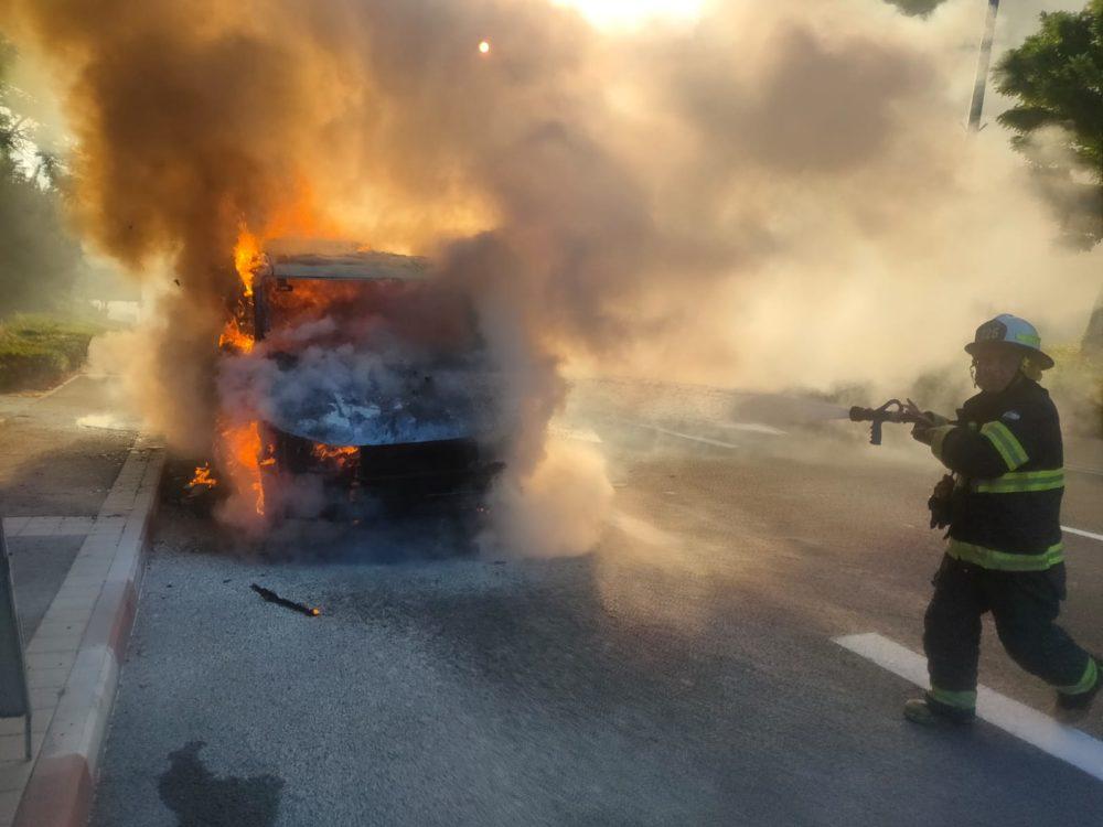 כיבוי רכב בוער - מונית מסחרית שעלתה באש בחיפה (צילום: כבאות והצלה)