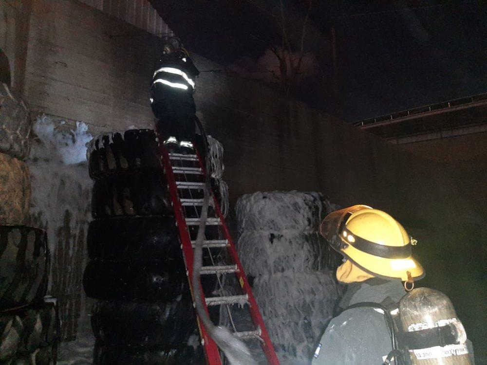 מחסן הצמיגים ברחוב השיש בחיפה בוער בפעם השלישית (צילום: כבאות והצלה)