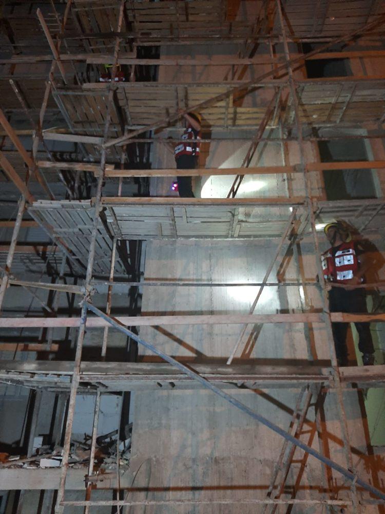 חילוץ דרך פיגומים: הקבלן פירק את חדר המדרגות והמשפחה נותרה כלואה וחולצה על ידי הכבאים (צילום: כבאות והצלה)