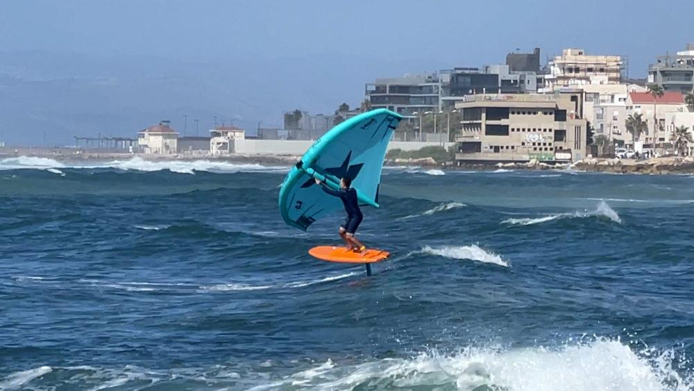 אמיר אבינועם בסיבוב מול טיילת בת גלים - ווינג סרף - Wing Surf • ענף גלישה חדש ומסקרן בחופי חיפה (צילום: ירון כרמי)