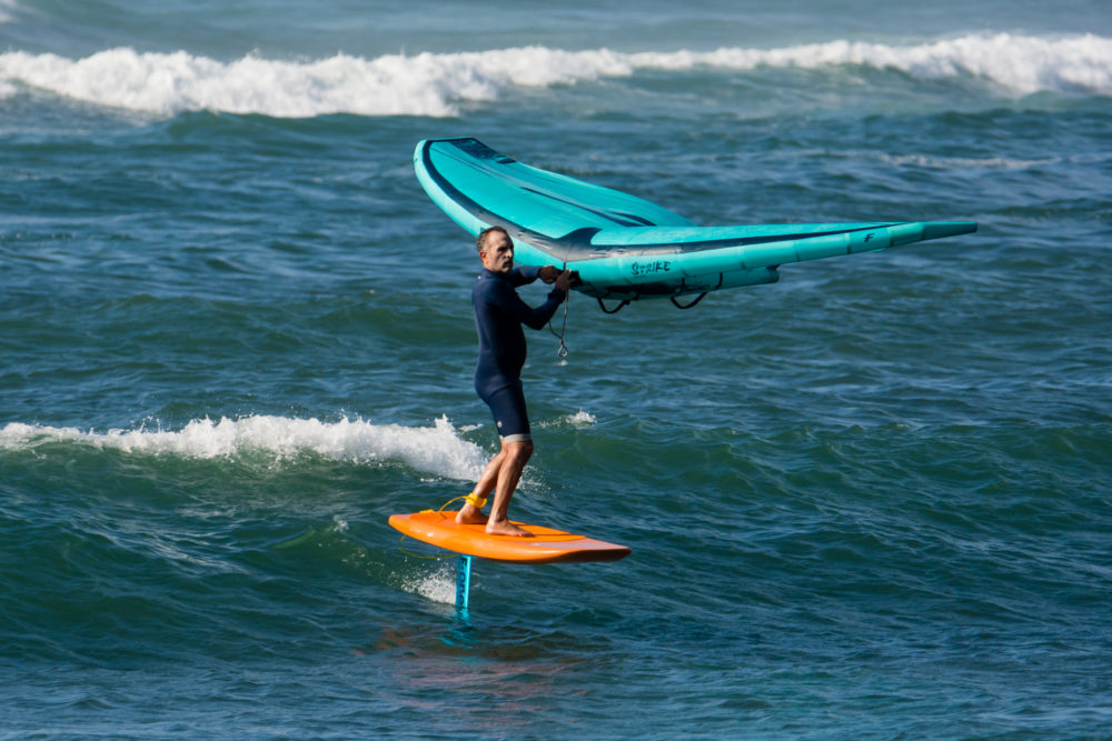 אמיר אבינועם תופס גל יפה - ווינג סרף - Wing Surf • ענף גלישה חדש ומסקרן בחופי חיפה (צילום: גונן גוז)