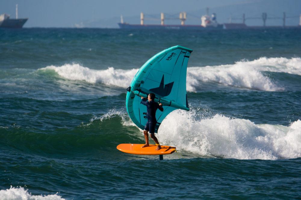 אמיר אבינועם מול הגלים - ווינג סרף - Wing Surf • ענף גלישה חדש ומסקרן בחופי חיפה (צילום: גונן גוז)