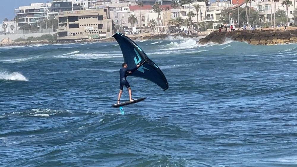 גד אבידור מול טייל בת גלים - ווינג סרף - Wing Surf • ענף גלישה חדש ומסקרן בחופי חיפה (צילום: ירון כרמי)