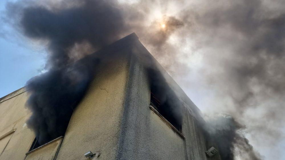 שריפה במבנה מגורים ברחוב הגליל בשכונת נווה שאנן בחיפה (צילום: כבאות והצלה)