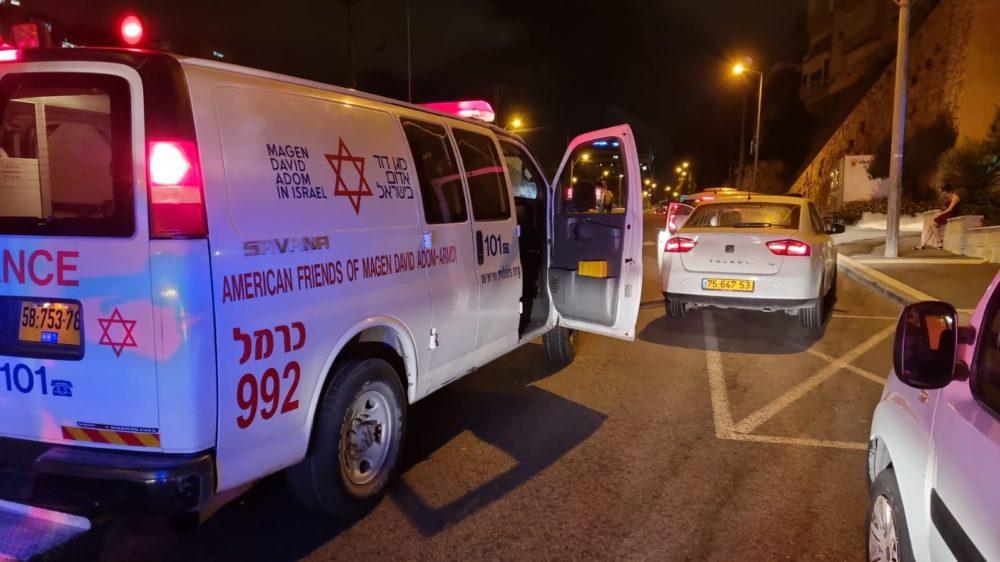 """אמבולנס - רכב התהפך בדרך פיק""""א בחיפה (צילום: גיא הולצמן)"""