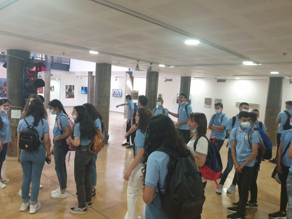 בני נוער, יהודים וערבים במפגש במסגרת הביאנלה הים תיכונית במרכז האקדמי ויצו ובבית הספר הפתוח בחיפה (צילום: אביטל בר שי)