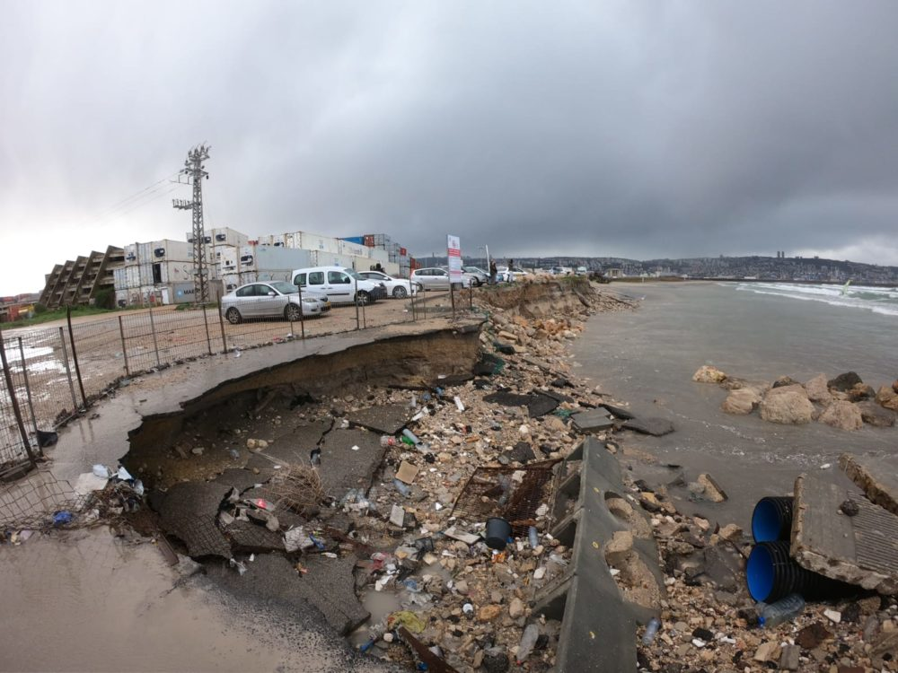 כרסום החוף וקריסת כביש הגישה בסמוך לו (צילום: מוטי מנדלסון)