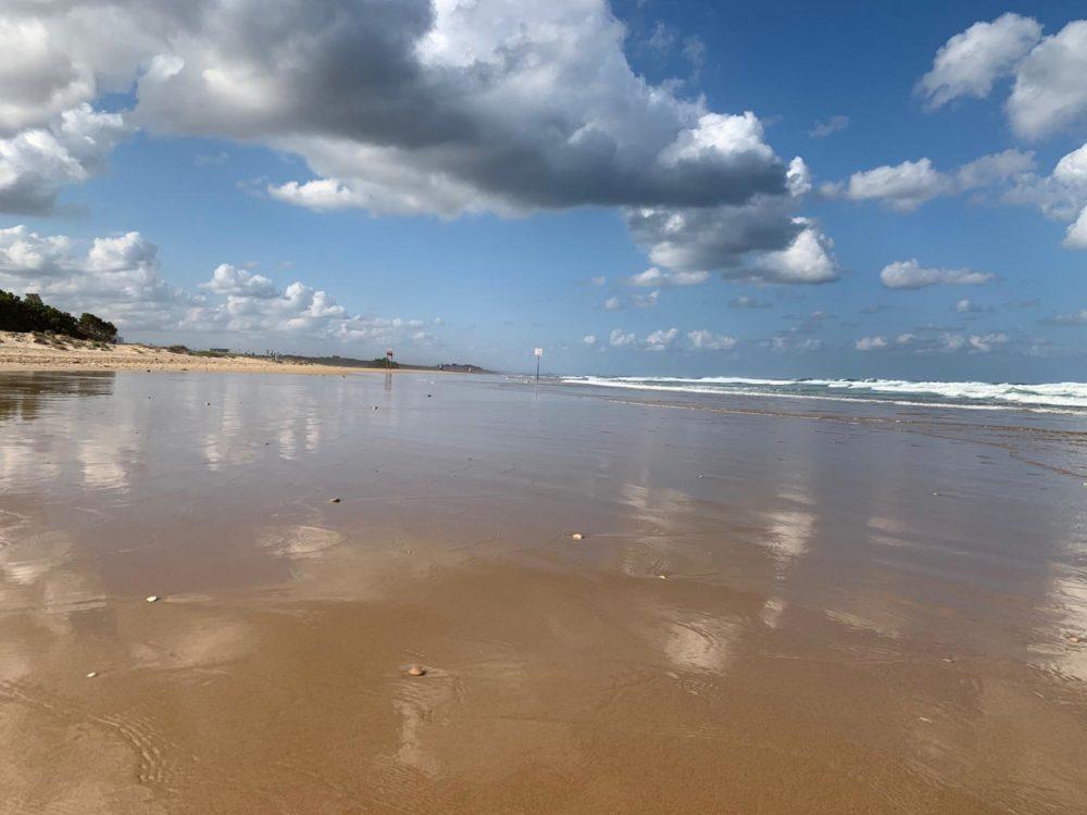 חוף הסטודנטים - החול במצב ניזול (צילום: נגה כרמי)