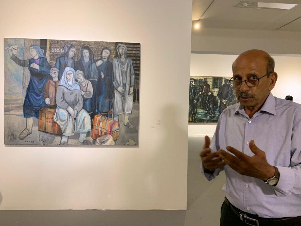 עבד עבאדי ליד יצירתו ״פליטים ממתינים לשיבה״ (צילום: חי - פה)