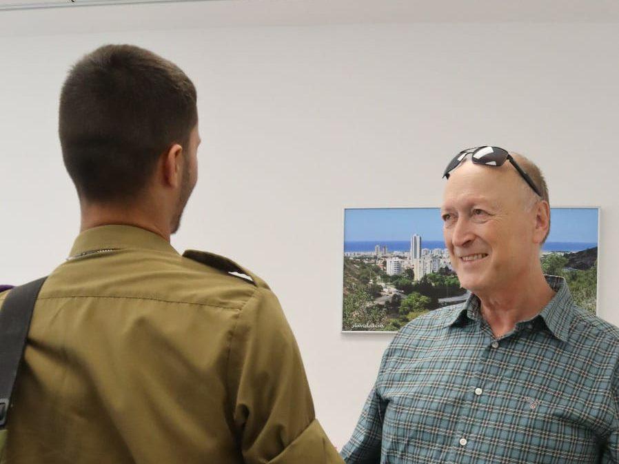 """מ""""מ וסגן ראש העיר טירת כרמל מוריס אסייג, מברך את לוחם גבעתי (צילום: ע. קריית כרמל)"""
