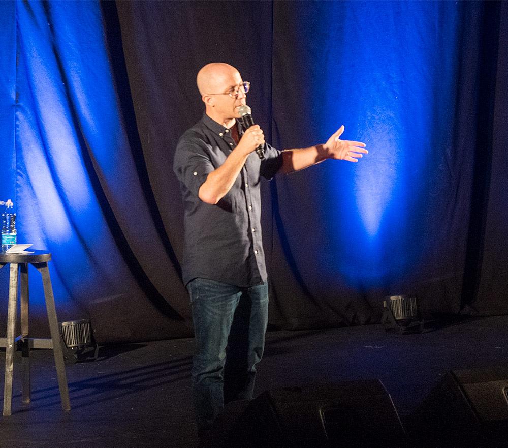 ערן זרחוביץ' במופע סטנדאפ - שולחן עגול 3 חיפה - ערב גאלה שנתי (צילום: ירון כרמי)