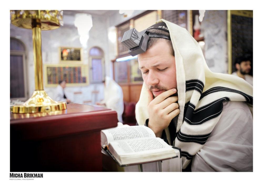הרב יהודה גינזבורג מניח תפילין (צילום: מיכה בריקמן)
