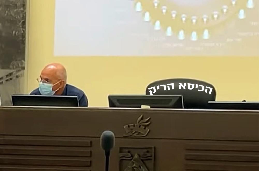 נחשון צוק והכיסא הריק בדיון במועצת העיר (צילום: ירון כרמי - חי פה)