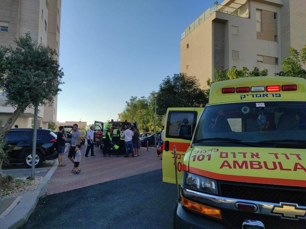 """ילד נפל מגובה בבניין מגורים   פצוע בינוני (צילום: מד""""א)"""