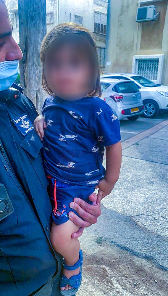פעוט בן שנה וחצי יצא לסיור בנווה שאנן (צילום: משטרת ישראל)