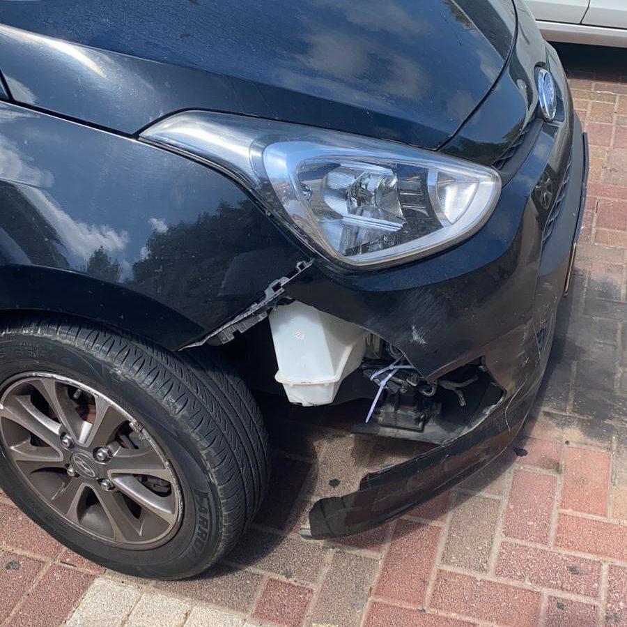הנזק שנגרם למכונית עקב הפגיעה בחזיר (צילום: ליאל טופז)