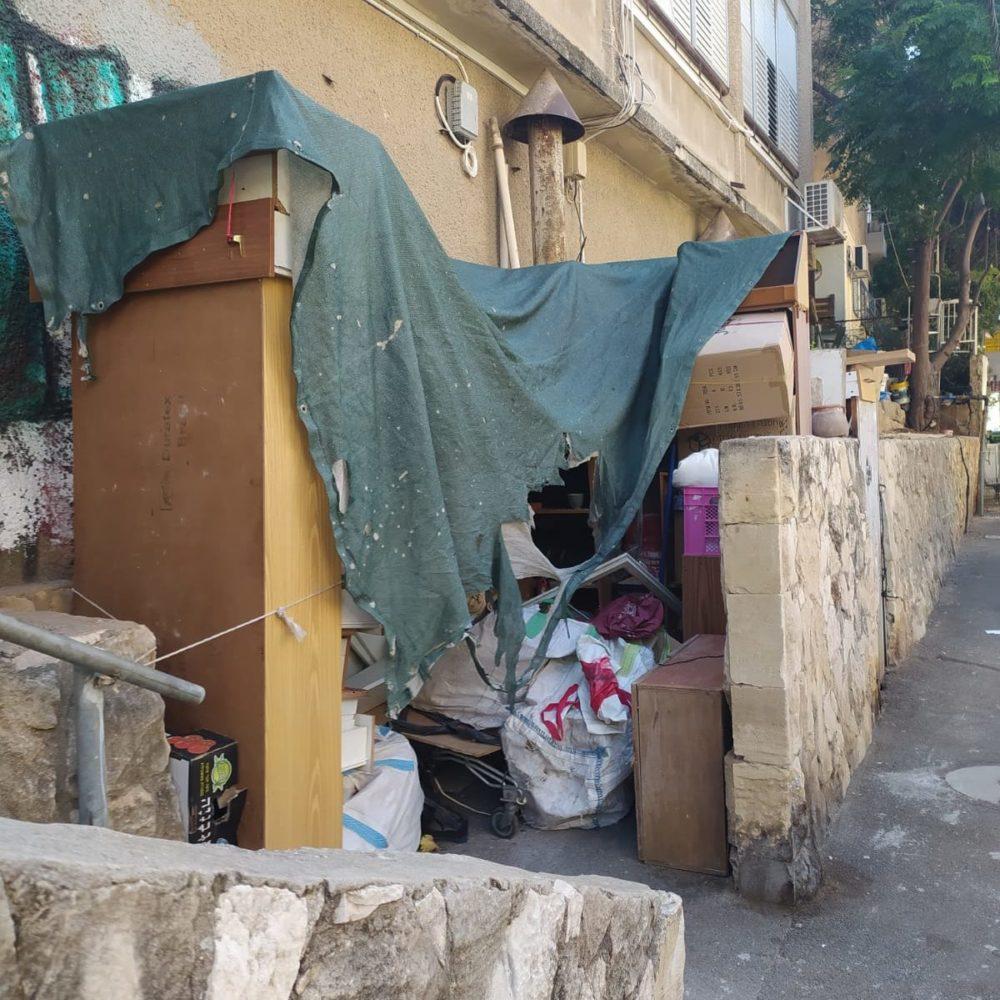 ערימות של חפצים של השכן האגרן בחזית הבניין (צילום: נטליה נמץ)