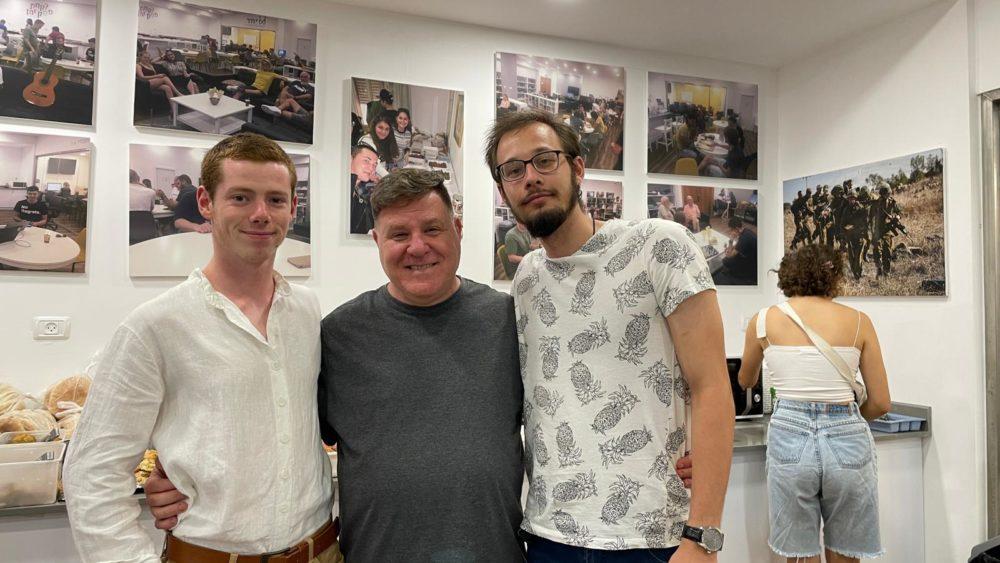 רן דנסקי עם החיילים (צילום: עמותת ״יחד״)