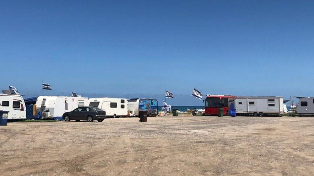 קרוואנים בחוף הסטודנטים (צילום: עדן קליימן)