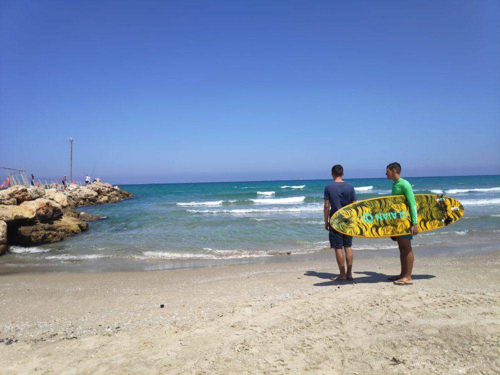 גולשים בחוף קריית ים (צילום: חי - פה)