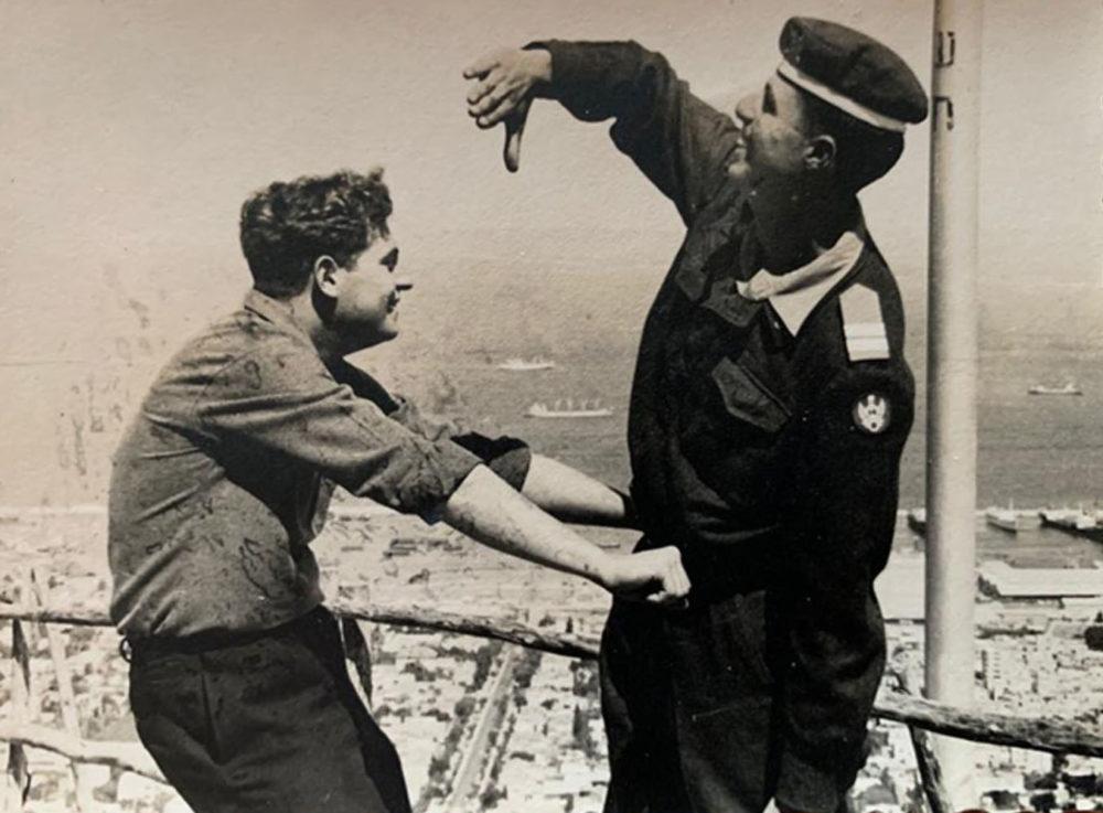 מוטי בקורס טייס, 1960, על רקע חיפה (צילום: אלבום פרטי)