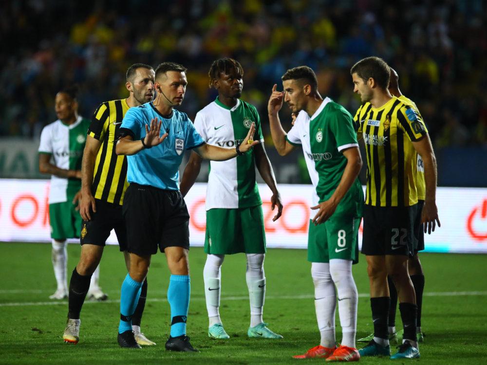 דולב חזיזה מתווכח עם השופט (צילום: האתר הרשמי של מכבי חיפה)
