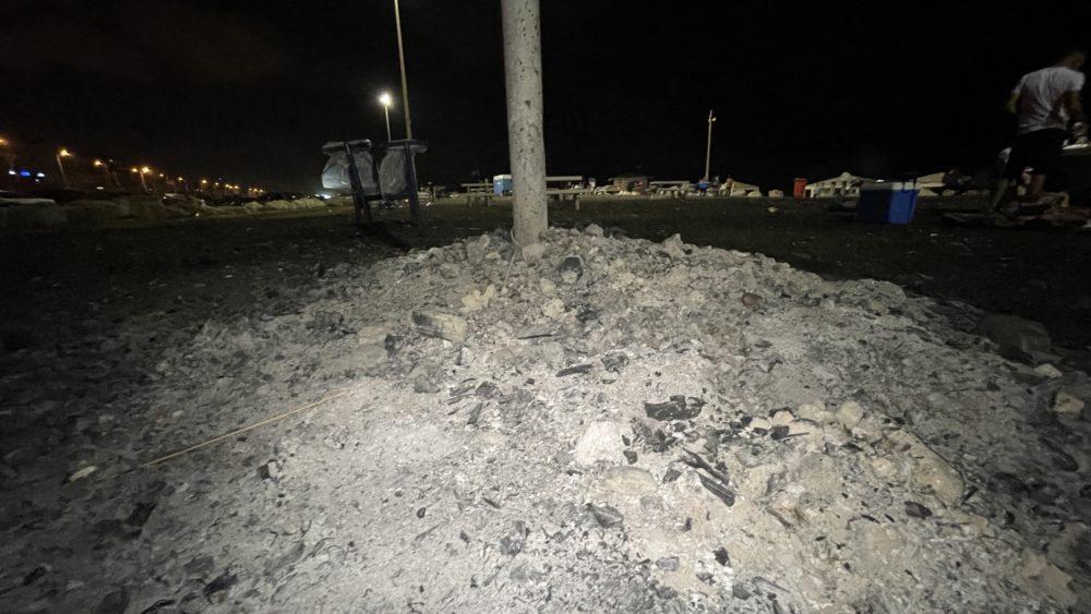ערימת אפר פחם במשטח המנגלים בחוף הסטודנטים. אין פח לאיסוף פחם 29/8/21 (צילום: ירון כרמי)
