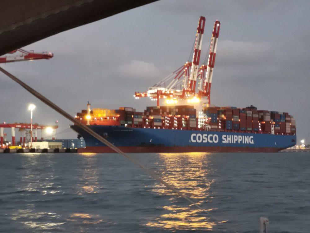 אונייה ראשונה עוגנת בנמל המפרץ בחיפה (צילום: מיקי ויינשטיין)