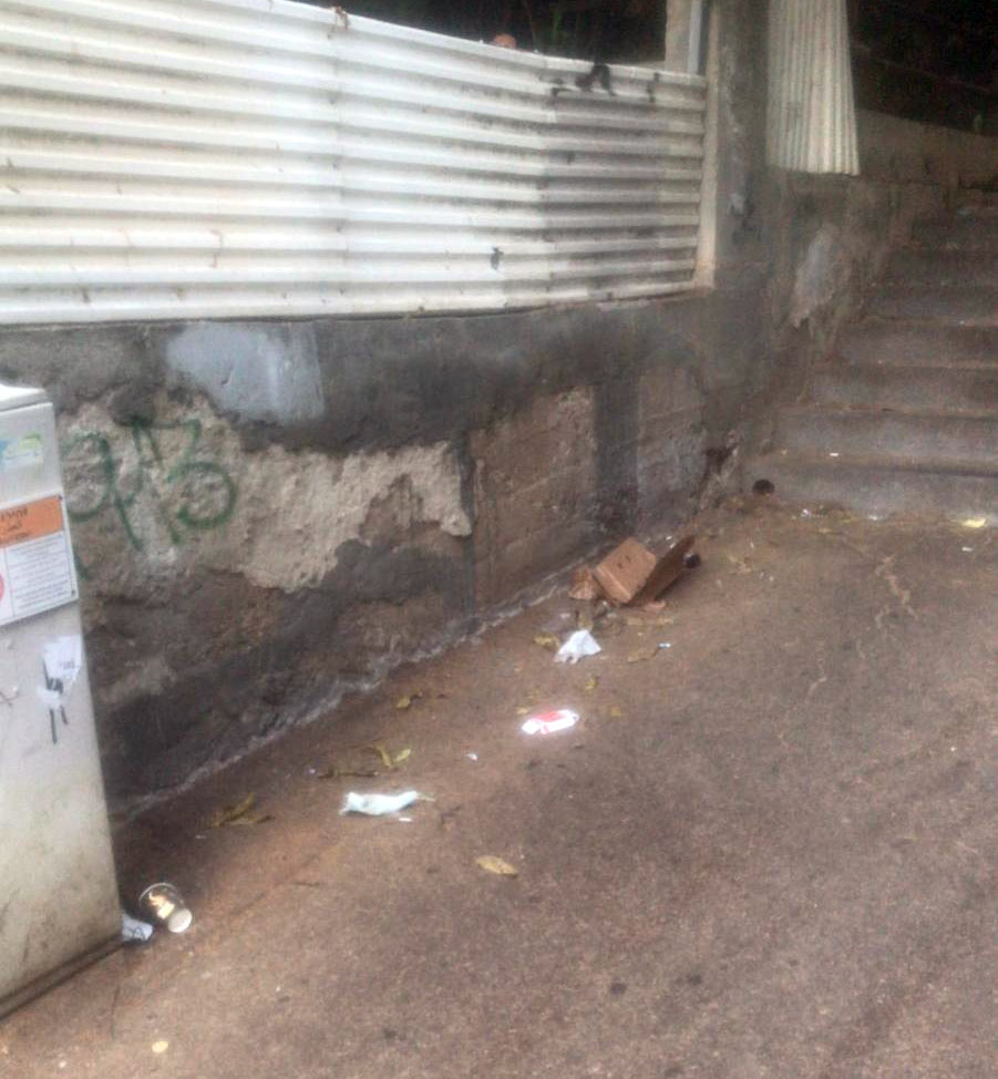 זבל במדרגות הלל יפה מנורדאו לרחוב ירושלים 30/08/21 (צילום: אלי חכים)