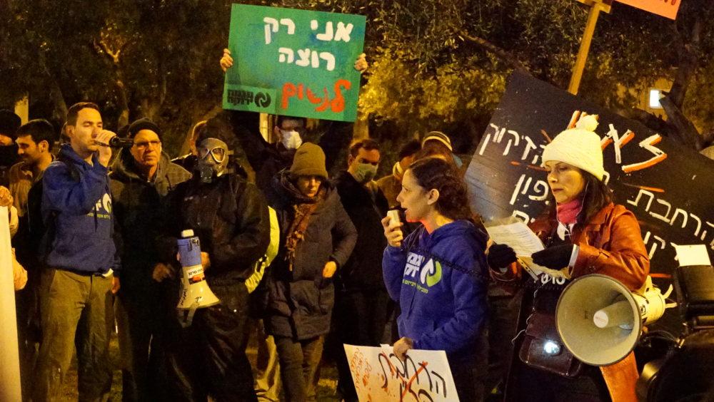 """ד""""ר ליהי שחר-ברמן בהפגנה בקריית חיים (צילום: ירון כרמי)"""