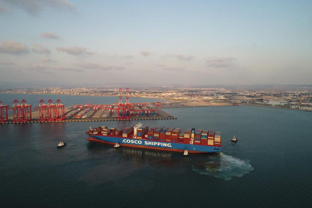אוניית-ענק ראשונה עוגנת בנמל המפרץ בחיפה (צילום: ניר גרנות - צילום אוויר)