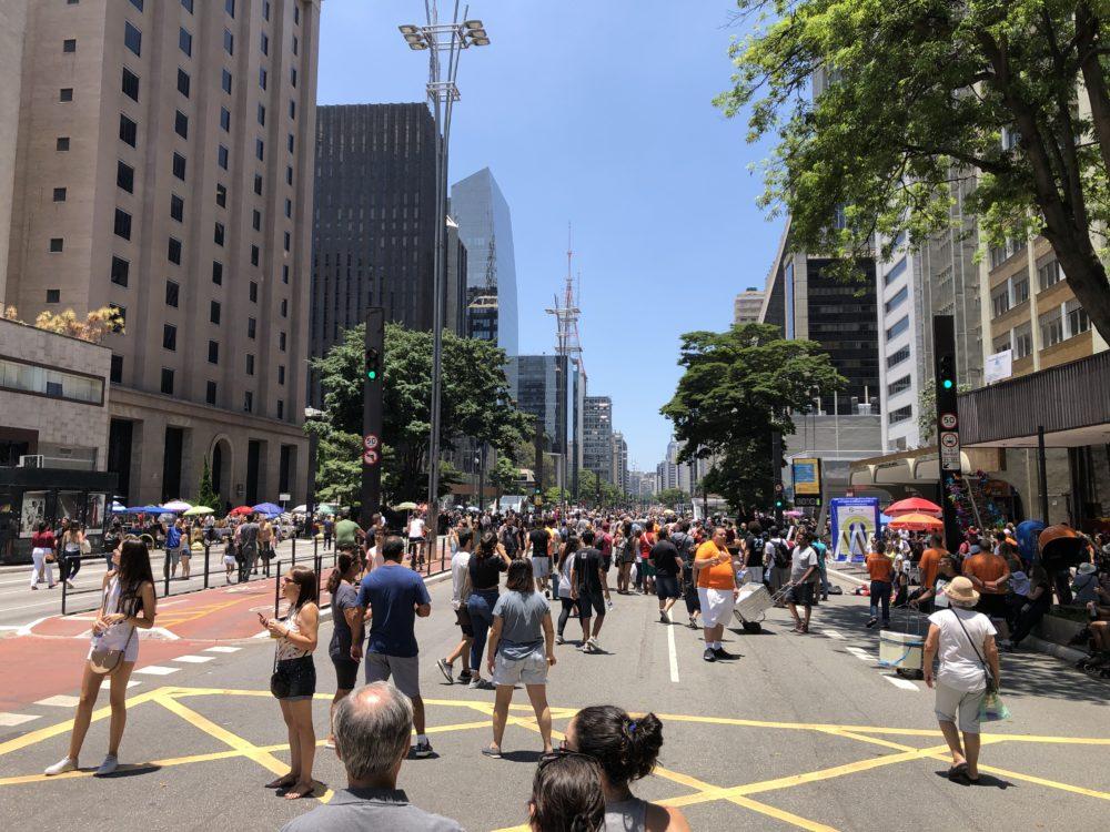 אטרקציית רחוב בסאו פאולו - המונים במדרחוב העצום (צילום: ירון כרמי)