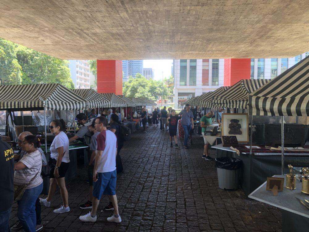 חי פה - חדשות חיפה: אטרקציית רחוב בסאו פאולו - דוכני רוכלים (צילום: ירון כרמי)