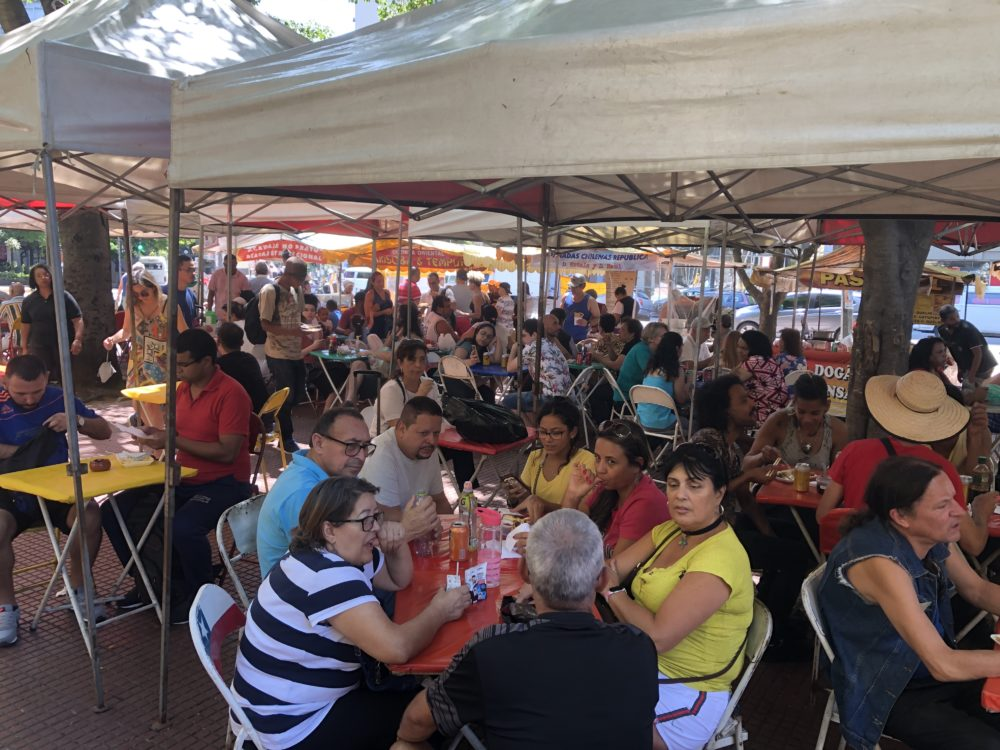חי פה - חדשות חיפה: אטרקציית רחוב בסאו פאולו - דוכני מזון (צילום: ירון כרמי)