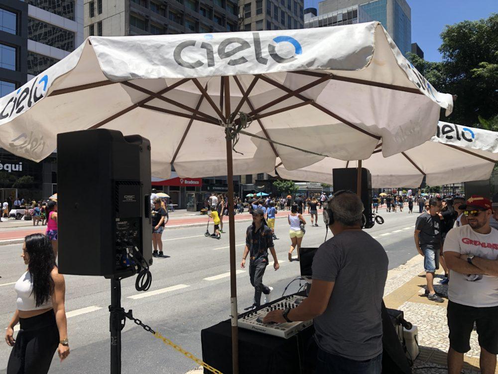 אטרקציה עירונית - יש מאין - ככה עשו את זה בסאו פאולו - DJ ברחוב (צילום: ירון כרמי)
