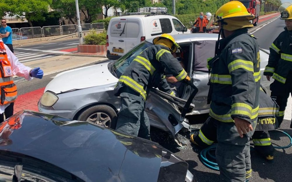 תאונה בכביש 4, בסמוך לצומת מוצארט (צילום: כבאות והצלה)