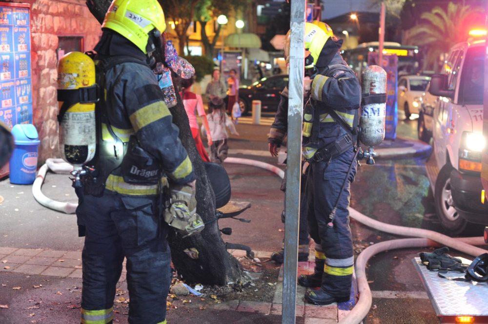 כבאים בשריפה במבנה בן שתי קומות המשמש כפנימייה של ילדים ברחוב ארלוזורוב בהדר שבחיפה (צילום: כבאות והצלה)