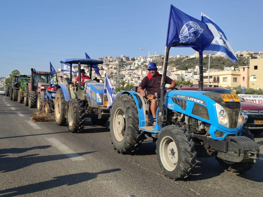 מחאת החקלאים בצומת פרדיס (צילום: דוברות מועצה אזורית חוף הכרמל)