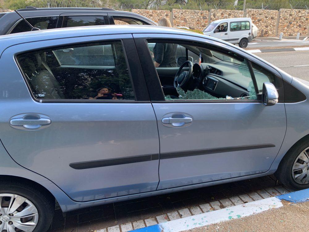 פורץ על אופניים מחפש תיקים במכוניות חונות בחיפה ושובר חלון (צילום: חי פה בשטח)
