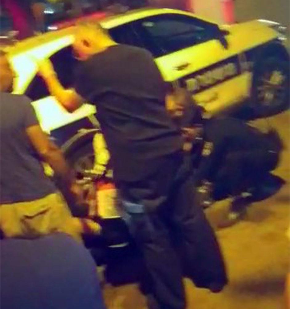 טיפול בשוטר הפצוע: פריצות לדירות בחיפה, מרדף, ירי ושוטר פצוע (צילום: חי פה בשטח)