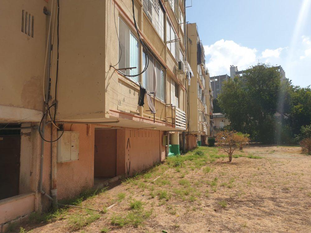 """מבנה מסוכן ברחוב אחווה 25 בחיפה - """"עזרה ראשונה"""" שנועדה למנוע את קריסת המבנה (צילום: דודי מיבלום)"""