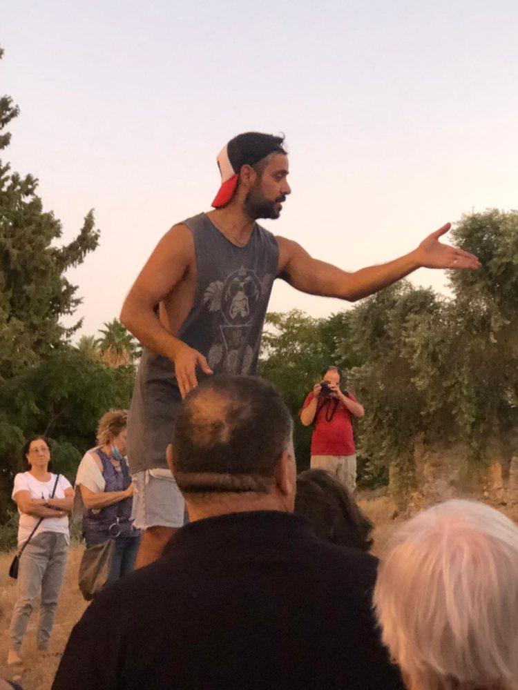 ג'ורג' מסביר על שכונת אל-עתיקה - מאות השתתפו בסיור בשכונת אל-עתיקה בחיפה (צילום: ג'ורג' איסקנדר)
