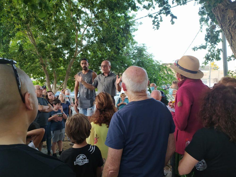 """ד""""ר כמיל סארי מסביר על שכונת אל-עתיקה - מאות השתתפו בסיור בשכונת אל-עתיקה בחיפה (צילום: ג'ורג' איסקנדר)"""