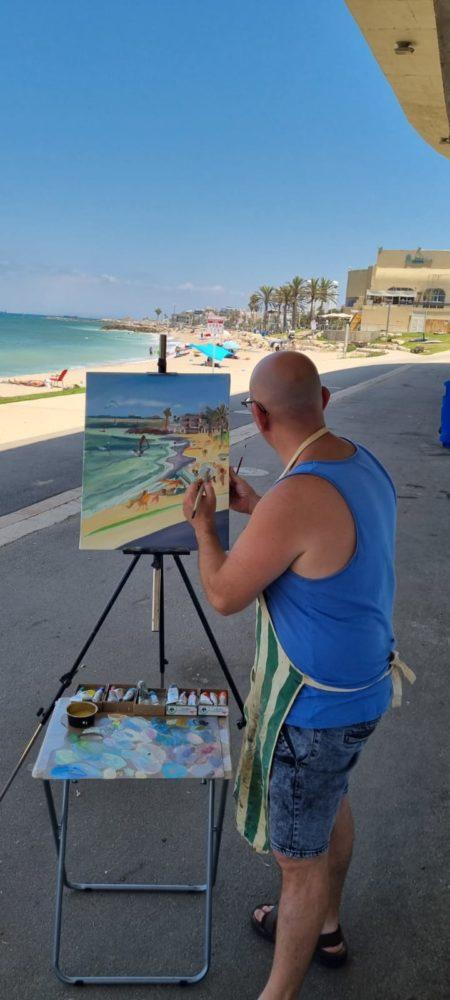 חוף הגולשים ציור בפעולה, יוסי לובלסקי.